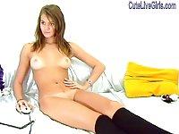 Webcam brunette gal solo